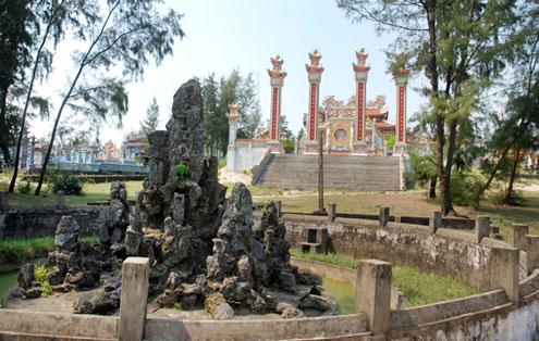 Bên cạnh các khu lăng mộ thì các dòng họ đều xây dựng một Nhà thờ họ riêng. Kiểu dáng kiến trúc, quy mô lẫn độ hoành tráng cũng chẳng kém các lăng mộ như trên. Ngoài ra, còn có thêm nhiều tiểu cảnh khác như hồ nước, hòn non bộ...
