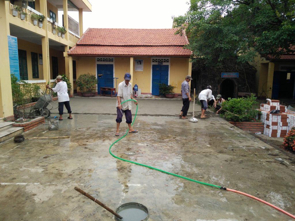 Các thợ đang chuẩn bị lọt gạch sân trường