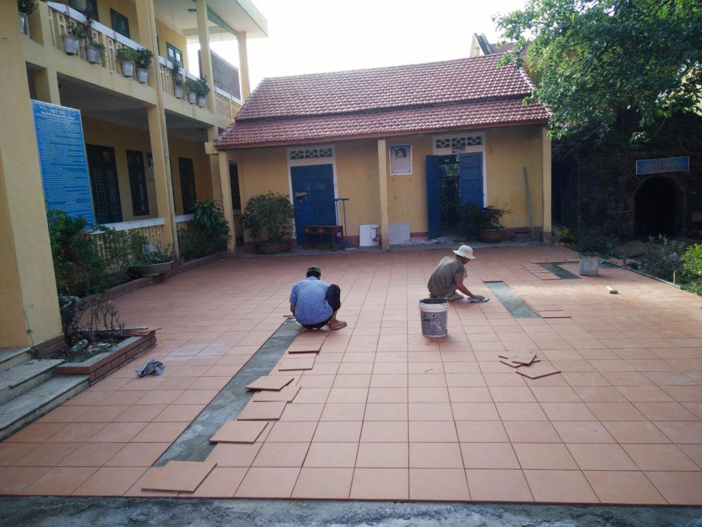 Sân trường đang được lót gạch