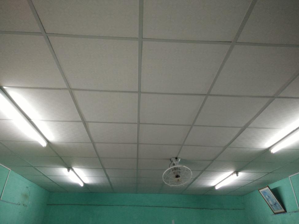 Phòng được tân trang trần nhà và gắn quạt máy